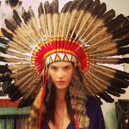 ¿Es una india? ¡No, es Alessandra Ambrosio practicando para Coachella!
