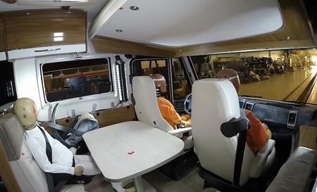 Así de espeluznante es un choque frontal a 90 km/h en una autocaravana... en vídeo y desde dentro
