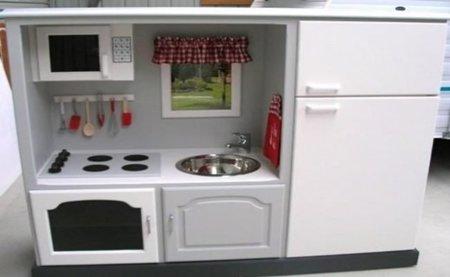 Un mueble de televisor convertido en cocina de juguete