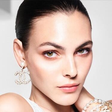 La nueva colección de maquillaje de Chanel se inspira en las perlas para crear productos cargados de luz