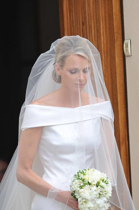 Foto de Todas las imágenes del vestido de novia de Charlene Wittstock en su boda con Alberto de Mónaco (7/19)