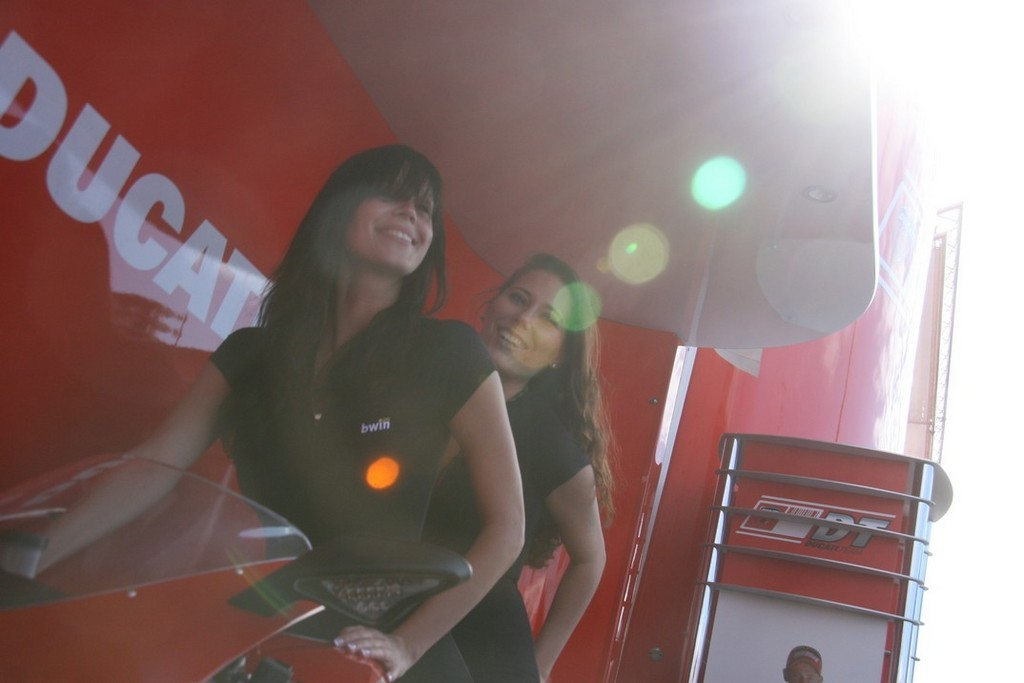 Foto de Las pit babes de Estoril en una Ducati 1098 (11/35)