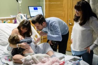 El bonito momento en que una madre hace una pausa en su trabajo de parto para amamantar a la mayor