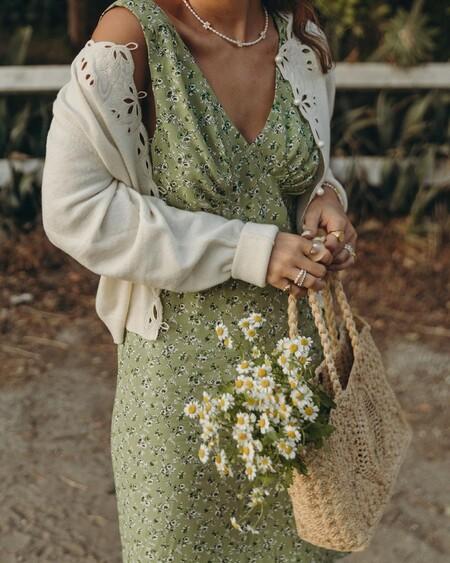 Cinco vestidos de flores que podemos llevar ahora con sandalias y durante el otoño con nuestras Converse favoritas