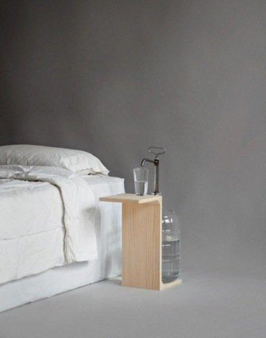 Una buena idea: mesilla de noche minimalista con dispensador de agua