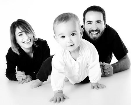 padres gateando con bebé