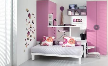 Un conjunto muy cuco de cama y escritorio.