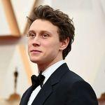 George McKay adopta el minimalismo en su look de gala para los premios Óscar