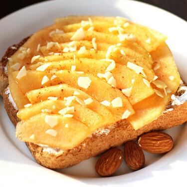 Tostas de melón, almendra y queso crema. Receta fácil de para el desayuno