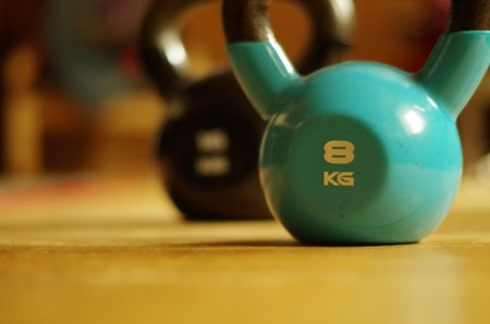 Kettlebells o mancuernas ¿qué ofrece más posibilidades para entrenar en casa?