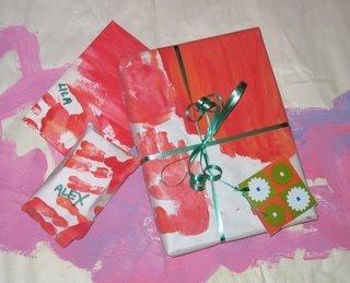 Envolver los regalos de Navidad con los dibujos de los niños