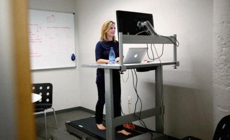 Las mesas para trabajar mientras andas te mantienen en forma y aumentan tu rendimiento