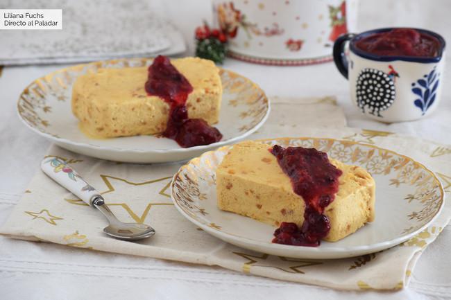 Biscuit de turrón con salsa de frutos rojos: una receta muy fácil para el postre de estas Navidades