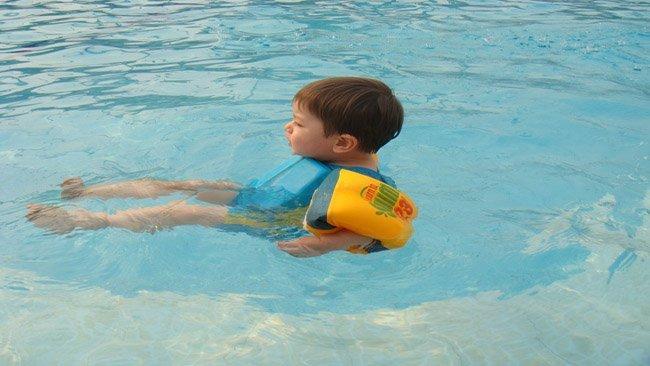 Los flotadores los manguitos y sus riesgos for Manguitos piscina