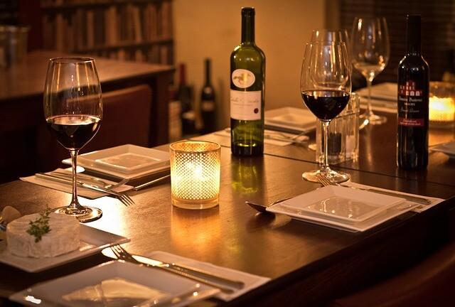Hasta un tercio de las mujeres encuestadas admitiría acudir a una cita romántica solo para ser invitada a cenar gratis
