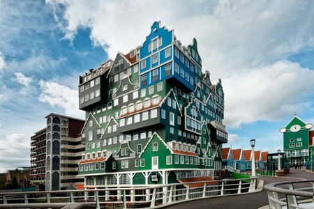 El hotel Amsterdam Zaandam, un alojamiento nada típico hecho de fachadas típicas holandesas