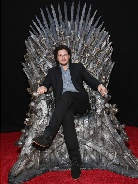 kit harington sentado en trono