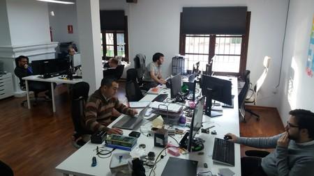 Equipo de Smart IoT Labs trabajando en sus oficinas