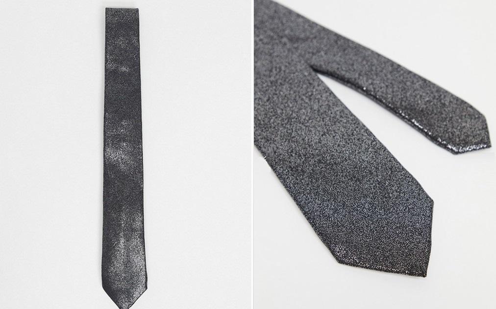 Corbata metalizada con efecto plateado