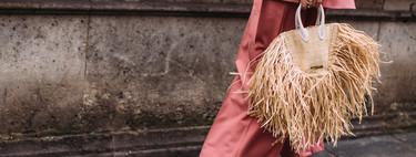 Este es el it bag del verano: lo firma Jacquemus, triunfa en el street style y hemos encontrado algunos clones low-cost