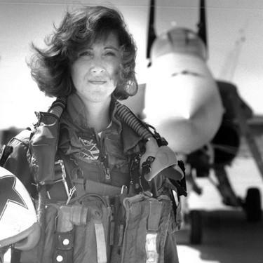Ella es Tammie Jo Shults, la heroína que evitó la tragedia del Southwest 1380 (y pionera en pilotar cazas)