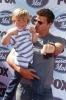 07_David Boreanaz y su hijo.jpg