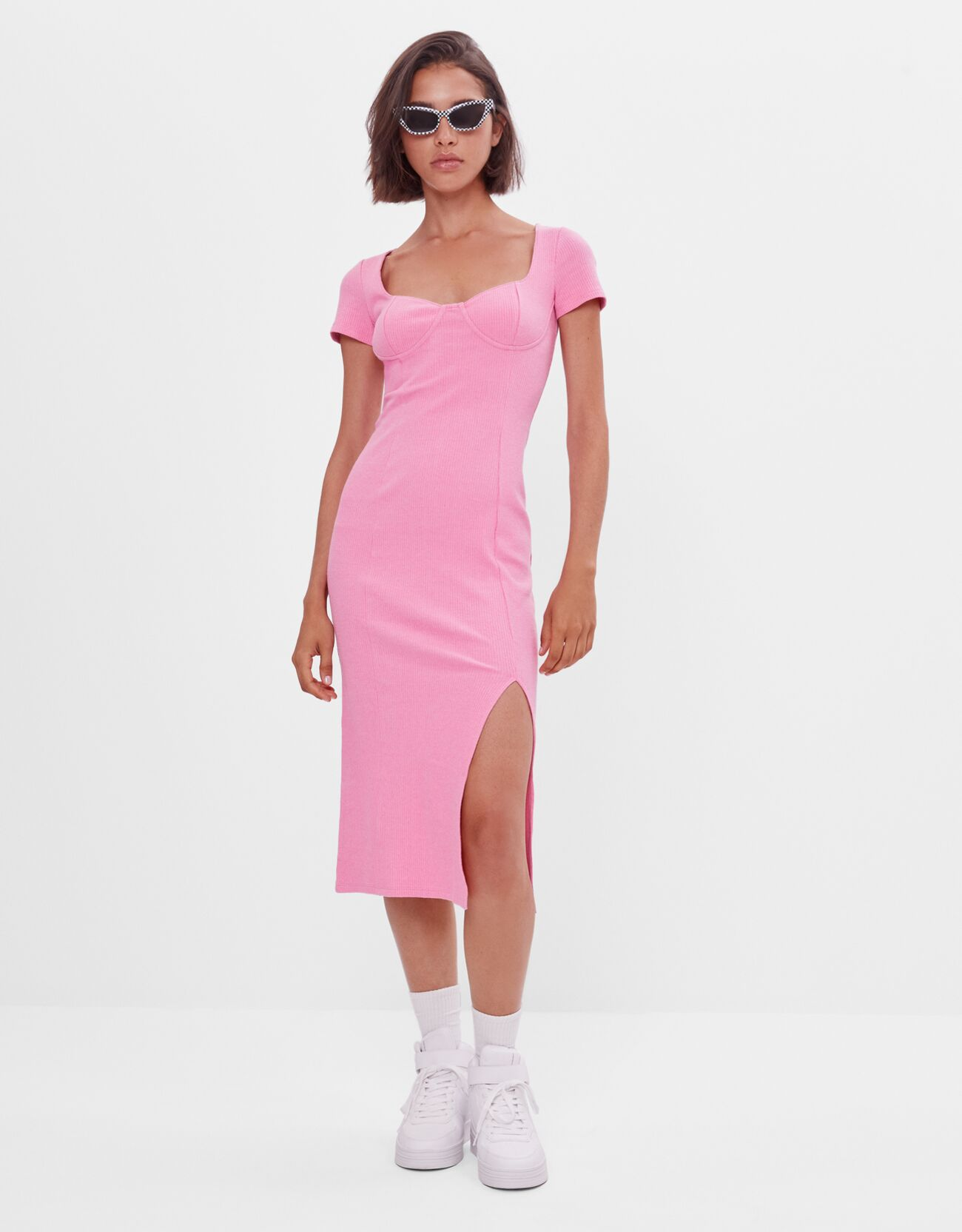 vestido midi rosa de estilo corsé