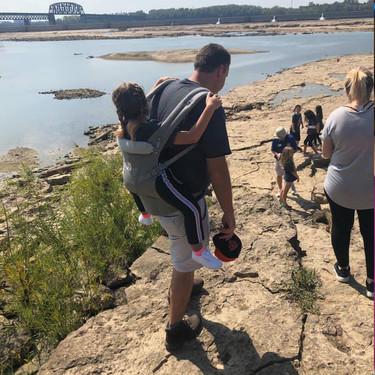 El lindo gesto de un profesor: llevar a la espalda a una alumna con espina bífida para que pudiera asistir a un paseo escolar