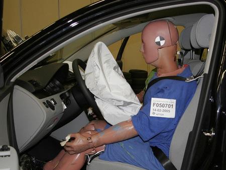 En cambio, el montante del parabrisas del VW Passat aguanta perfectamente la embestida sin doblarse.