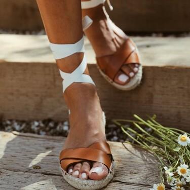 Los esmaltes blancos siguen siendo una de nuestras opciones favoritas para las pedicuras de verano (y estos tres tonos son ideales)