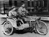 Una Yale American Motorcycle con sidecar de... mimbre