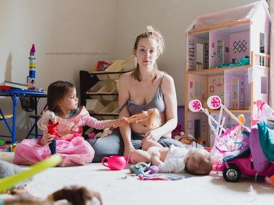 Las sinceras fotos de una madre que muestran la realidad de su lucha contra la depresión postparto