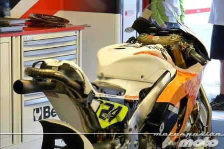 Moto Toni Elías en box LCR Honda