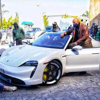 A Dwayne Johnson 'La Roca' le siguen quedando pequeños los deportivos: tampoco cabe en un Porsche Taycan
