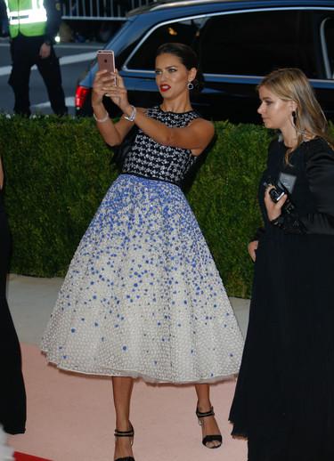 Un mismo vestido y dos eventos distintos: ¿quién lo luce mejor?