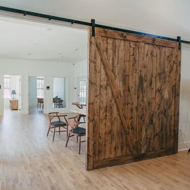 Separamos espacios en casa al más puro estilo gemelos Scott con esta bonita puerta de granero corredera que encontramos por menos de 56 euros