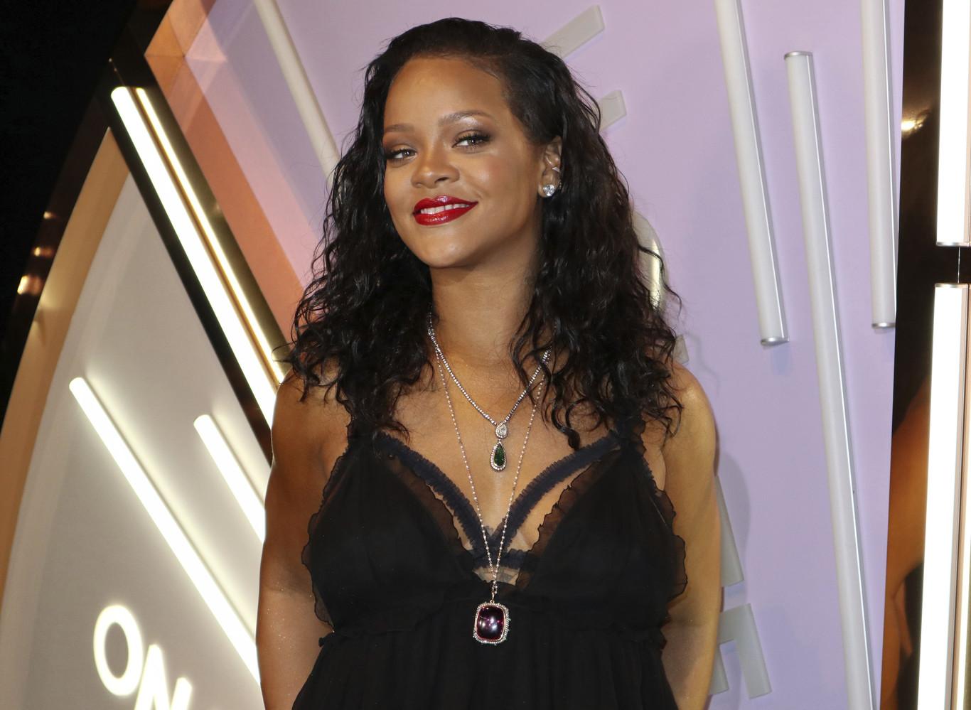 465b1c80e5 Rihanna posa en lencería y ropa interior para presentar Savage X en Nueva  York.