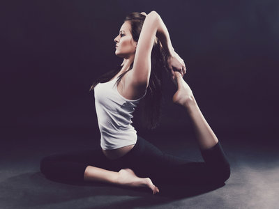 """""""Saluda al sol"""" y fortalece tus músculos con el yoga"""