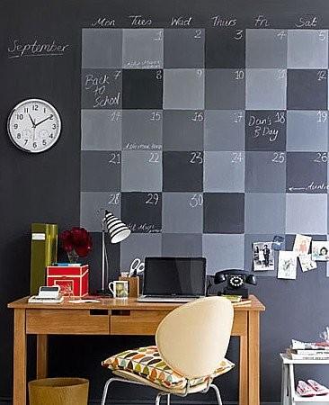 Un calendario perpetuo pintado en la pared