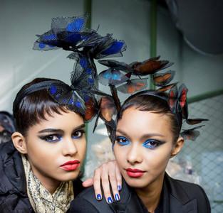 Jean Paul Gaultier baña las manos de sus modelos en el Aruba Blue de Essie