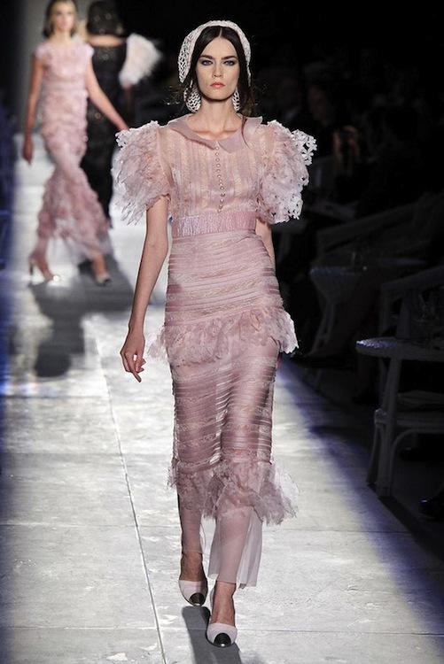 Foto de Chanel Alta Costura Otoño-Invierno 2012/2013: rosa, gris, brillos y nuevo vintage (55/61)