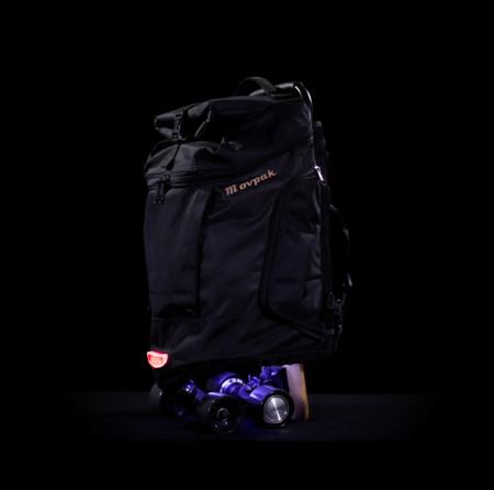 Sí, parece una simple mochila, pero también es un increíble monopatín eléctrico conectado