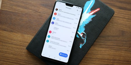 Mensajes Android comienza a recibir su nueva interfaz Google Material, con tema oscuro incluido