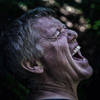 No importa el idioma que hables: si lo haces más alto, es más probable que contagies a los demás que tosiendo o estornudando