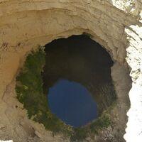 """Esta """"descomunal hendidura"""" de más de 80 metros de diámetro y paredes casi verticales es única en Europa y está en Teruel"""