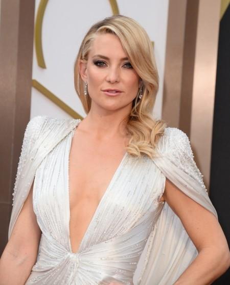 Kate Hudson con un look brillante de Versace en los Oscar 2014