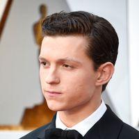 Tom Holland apuesta por un tuxedo en clave retro para su look en los premios Oscar