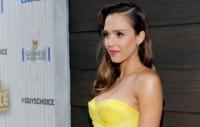 ¿Miedo a la superstición del amarillo? Jessica Alba gana a Jennifer Aniston de fiesta en los premios Spike TV