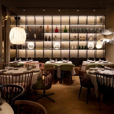 Elegancia minimalista y materiales naturales en Alameda, nuevo espacio gastronómico en Jorge Juan