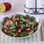 Ensalada de fresones con brotes y frutos secos. Receta saludable